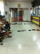 This is how the Haiwans stand in queue (very creative)